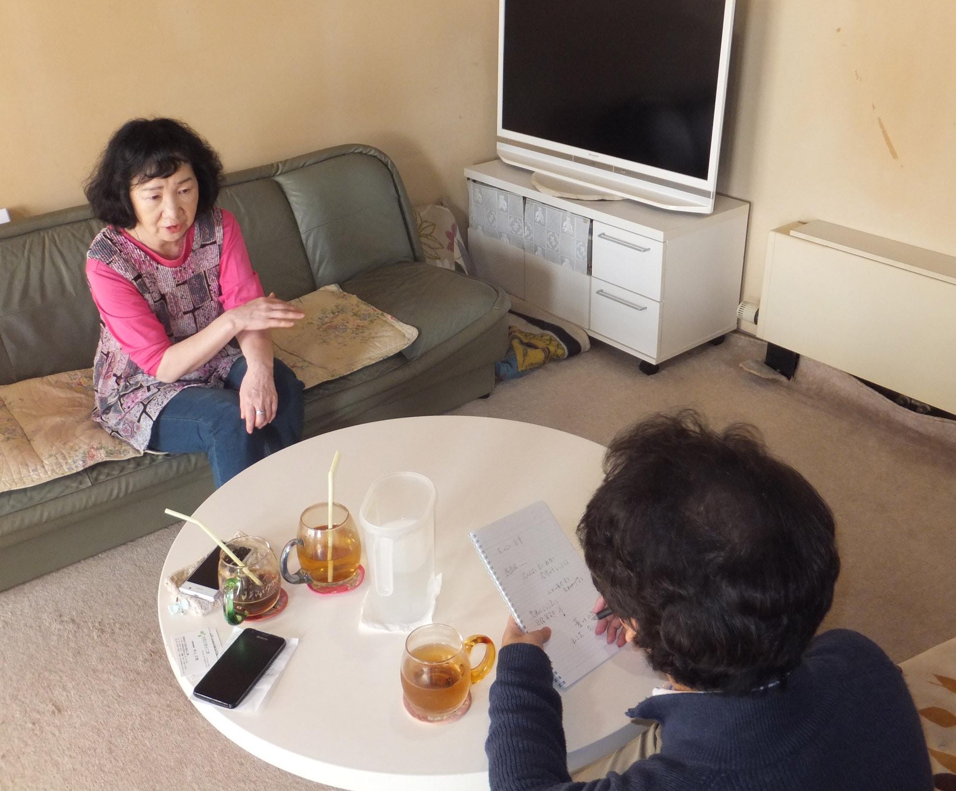 土屋和子さんを取材する柴山弘文